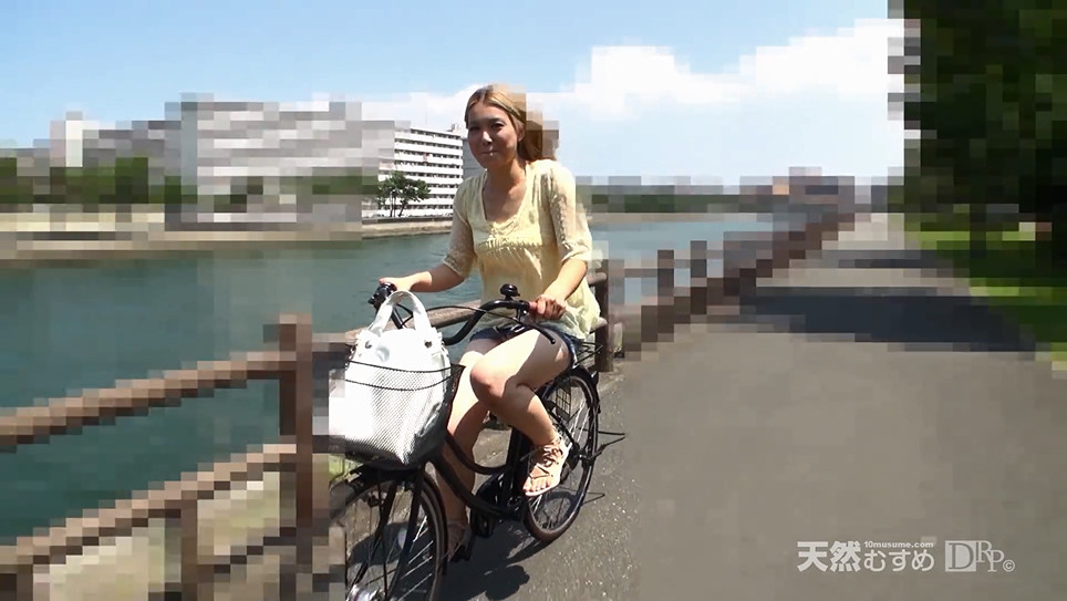 自転車でパンチラ金髪ギャル