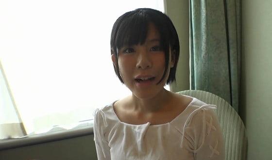 ホテルの一室で純心無垢な美少女と…