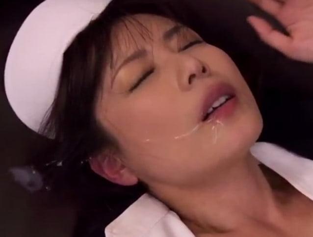 恍惚の表情でごっくんする三浦恵理子