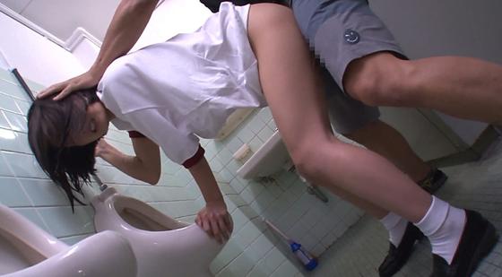 男子トイレの小便器に頭をつっこむ体操服JK