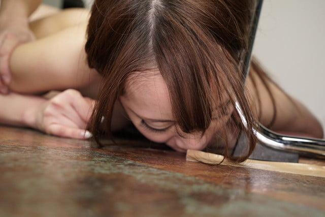 床にこぼれるザーメンをごっくんする園田ありさ