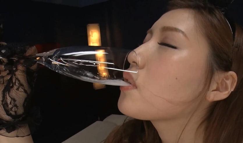 最高の淫語痴女がグラスでごっくん