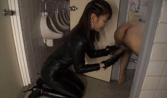トイレで嬉々としてM男いじりする痴女